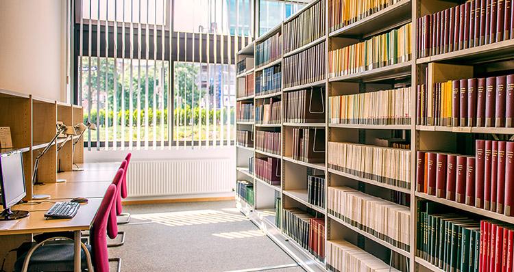 Computer und Bibliothek des ITHF